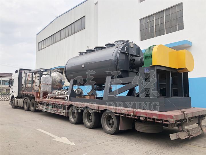 青岛某精细化工公司订购的ZHG-10000耙式已于今日发货